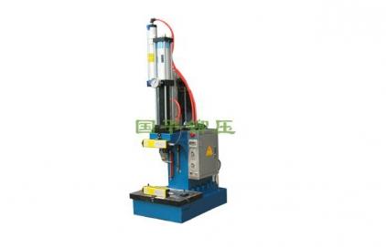 单柱气液增压压力机